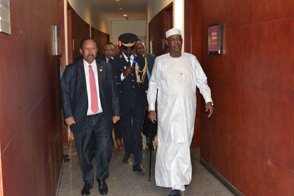 Idrisse Déby Itno, le président tchadien, et Abdallah Hamdok, Premier ministre de Soudan, lors de leur rencontre en marge du sommet de l'Union africaine à Addis Abeba le 9 février 2019.