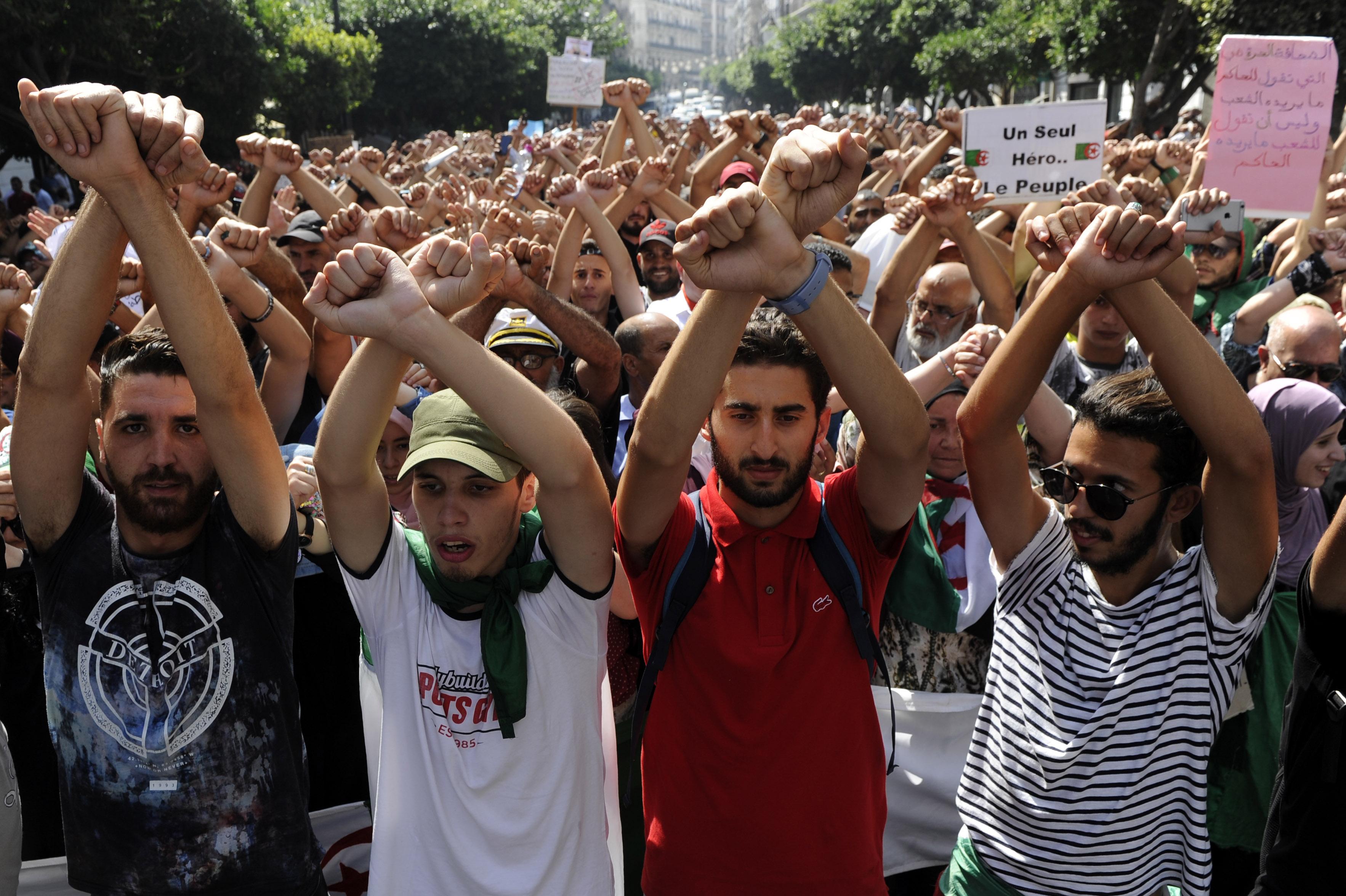 Après une série d'arrestations de manifestants, les étudiants dénoncent une tentative d'étouffement du mouvement.