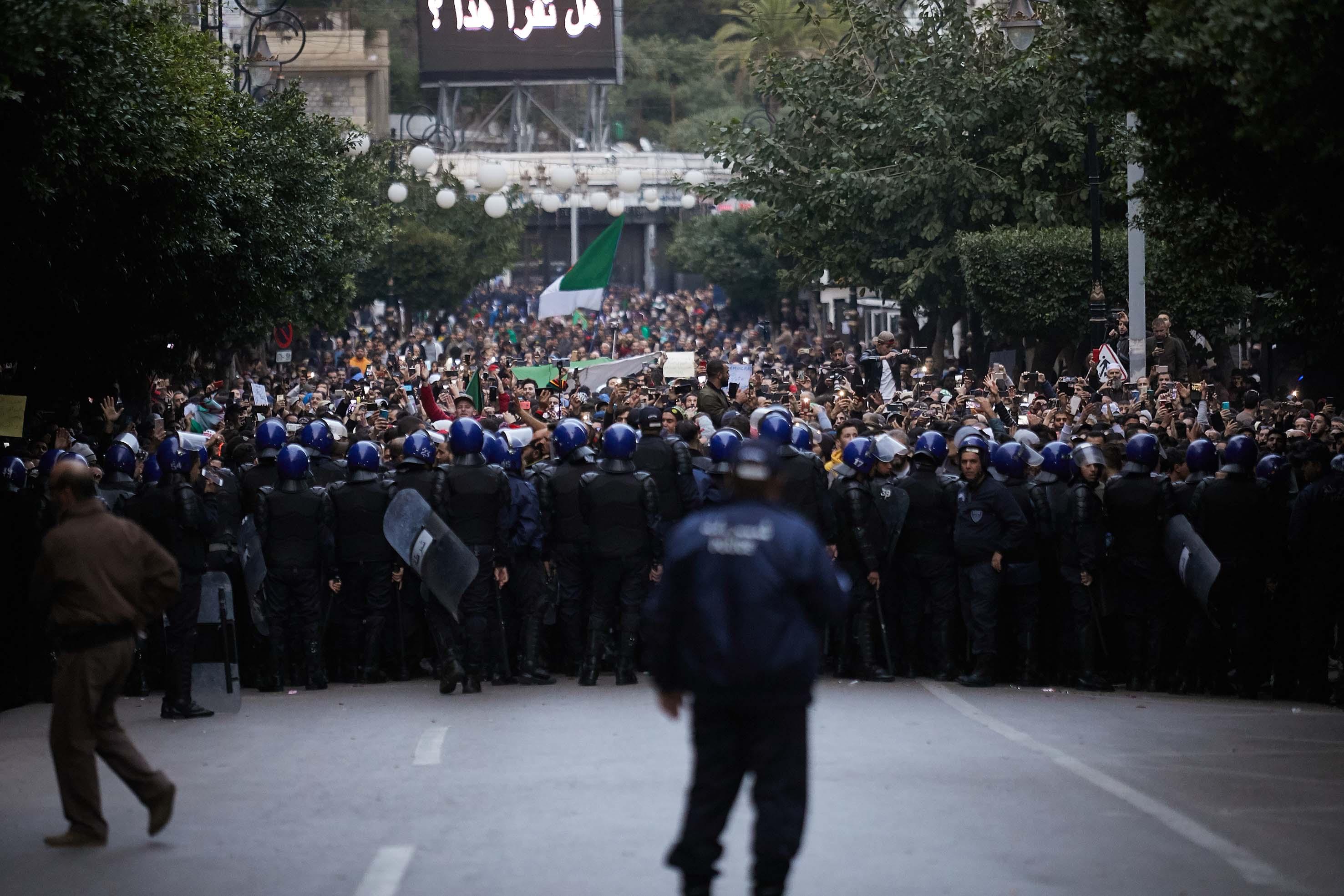 Les manifestants algériens rejettent l'élection du nouveau président Tebboune.