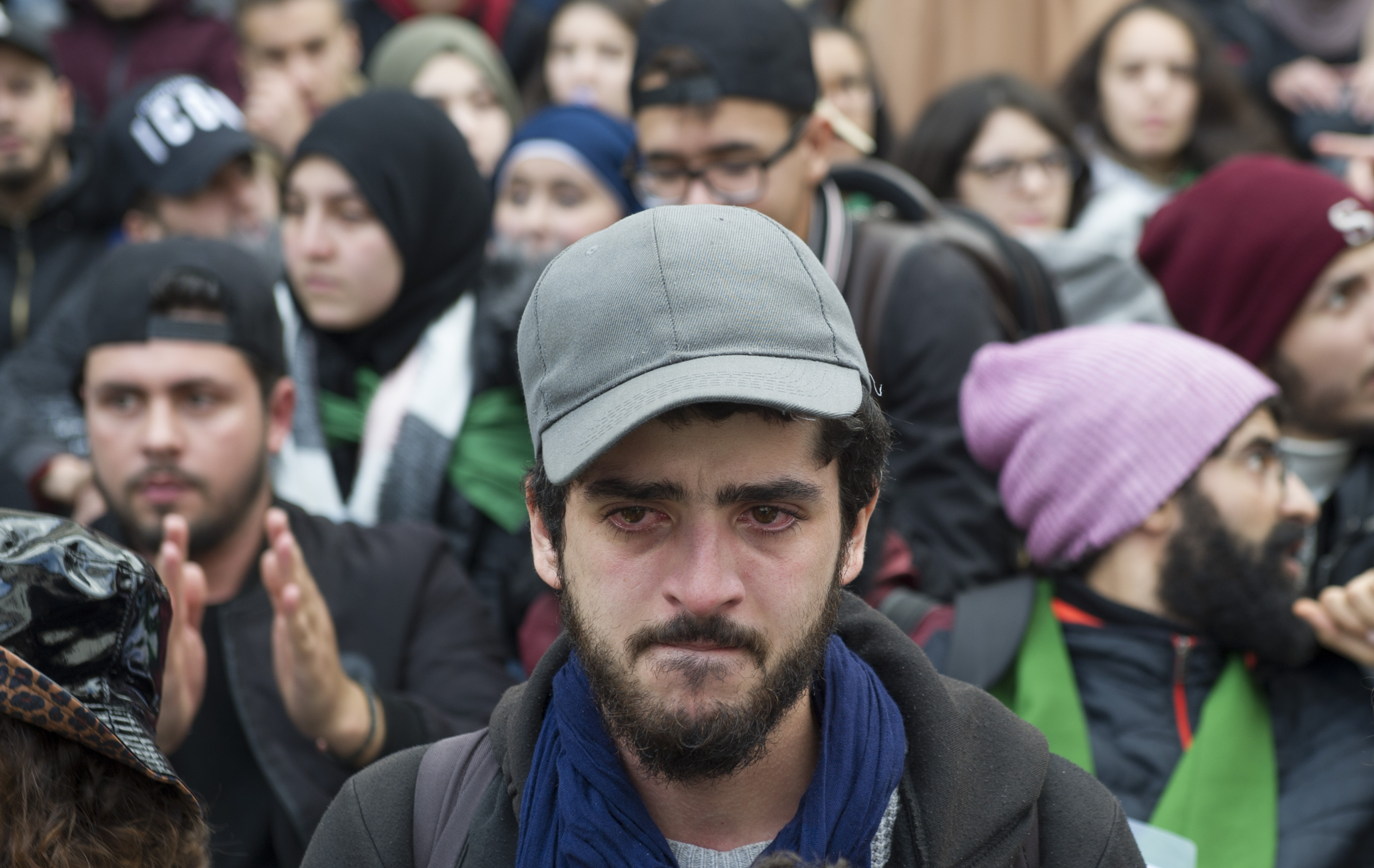 Cet étudiant réagi à sa manière à la répression d'une marche estudiantine.