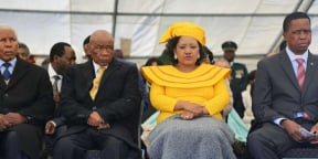Le Premier ministre du Lesotho, Thomas Thabane, et sa future épouse, Maesaiah Thabane, lors de sa prise de fonctions, à Maseru le 16 juin 2017.