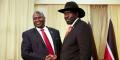 Le président sud-soudanais Salva Kiir (à droite) et le chef rebelle Riek Machar (à gauche) se serrent la main lors d'une rencontre à Juba, le 19 octobre 2019.
