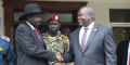 Le président Salva Kiir (gauche) et le leader de l'opposition Riek Machar, lors d'une rencontre en 2019. left, and opposition leader Riek Machar, right, shake hands after meetings Sunday Oct. 20, 2019, to discuss outstanding issues to the peace deal. Machar made an impassioned plea to a visiting United Nations Security Council delegation that met with him and President Salva Kiir, to urge speedier progress in pulling the country out of a five-year civil war.