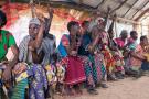 Dans un site de déplacés internes, des femmes signalent le nombre d'enfants enlevés à leur famille pendant le conflit dans la province de Tanganyika.