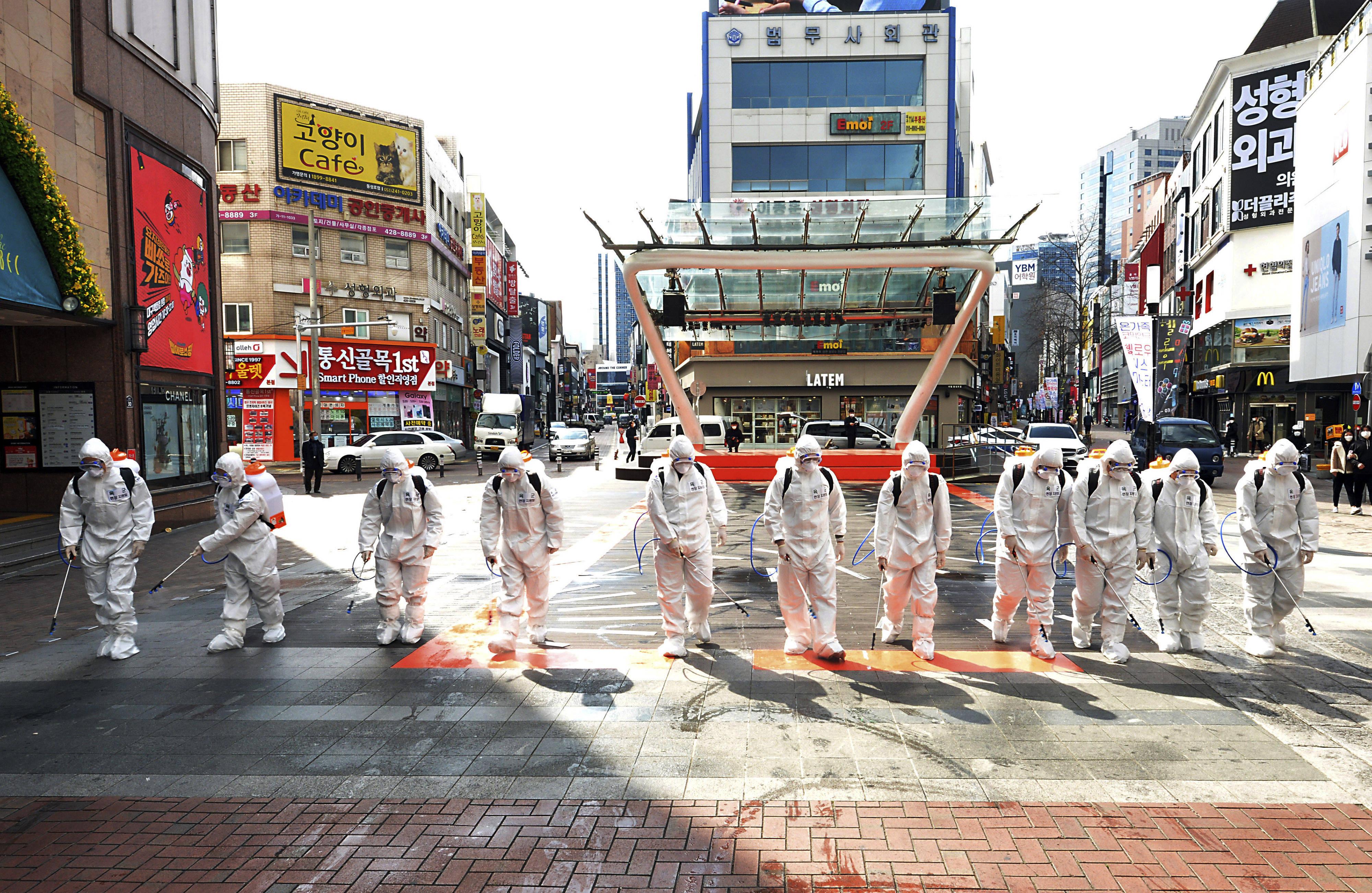 Des soldats de l'armée sud-coréenne désinfectent les rues, le 27 février 2020.