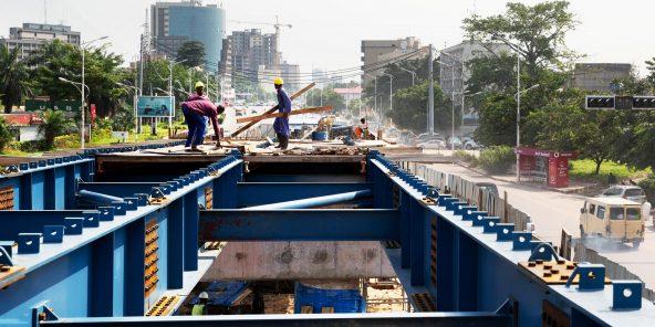 Construction d'un pont routier à Kinshasa, en février. Les travaux ont été lancés dans le cadre du programme d'urgence décidé par le chef de l'État peu après son arrivée au pouvoir.