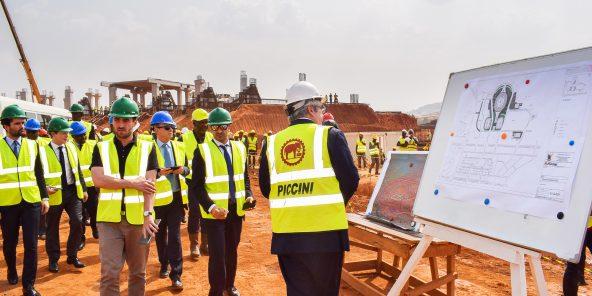 Inspection du chantier de construction du stade de Yaoundé, en janvier 2018. Un an et demi plus tard, le contrat du groupe Piccini sera résilié.