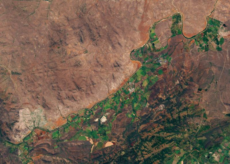 Exploitations agricoles le long de la rivière Crocodile, dans la province de Mpumalanga en Afrique du Sud. La culture de la sucre de canne et d'arbres fruitiers exerce une pression sur les réserves en eau en aval.