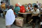 Des femmes dans un commerce de Lagos, Nigeria.