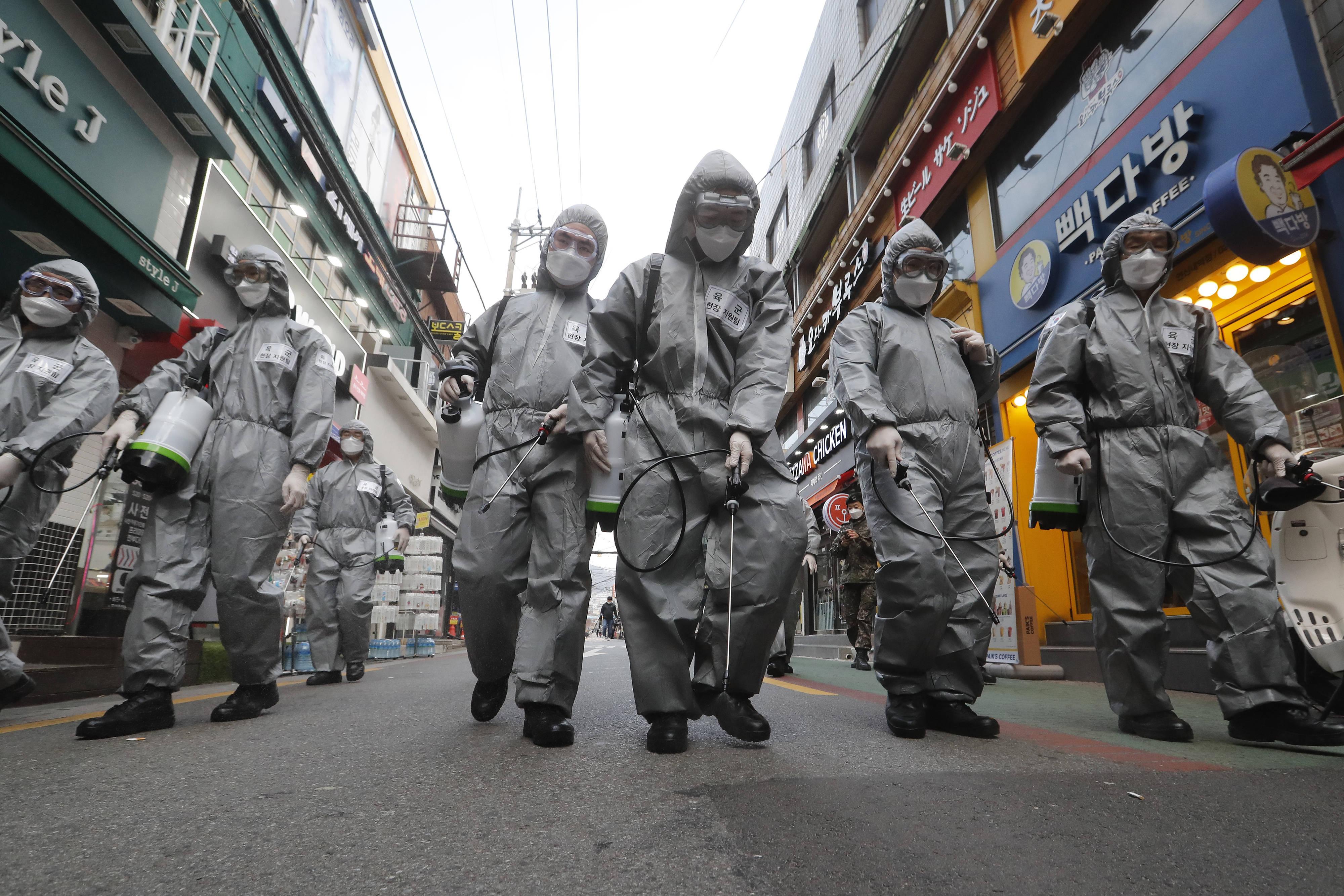 Des membres de l'armée sud-coréenne désinfectent les rues de Séoul, le 4 mars 2020.