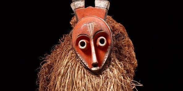 """L'exposition """"Fiction Kongo"""" au Museum Rietberg jusqu'au 15 mars. Ici, un masque à cornes. Artistes de la région de Pende, Congo, avant 1939. Bois, peint, fibres végétales, 67 x 29 x 36 cm"""