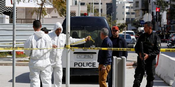 Les experts de la police scientifique et les forces de sécurité tunisiennes sur le lieu de l'attaque qui a visé l'ambassade américaine le 6 mars 2020.