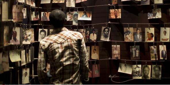 Une exposition de photos au Centre du mémorial du génocide à Kigali, en avril 2014.