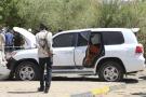 Des policiers soudanais se tiennent à côté de véhicules qui faisaient partie du convoi du Premier ministre Abdalla Hamdok à Khartoum, au Soudan, le 9 mars 2020.