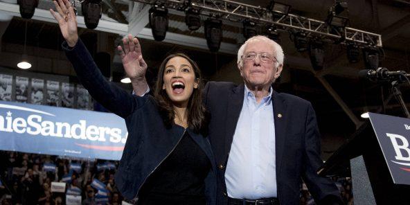 Le candidat à la présidentielle Bernie Sanders est soutenu par Alexandria Ocasio-Cortez dans sa campagne électorale, le 10 février 2020.