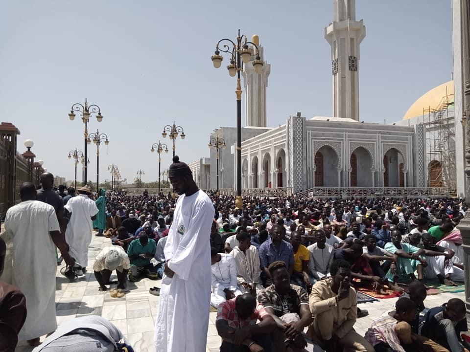 Des fidèles prient sur l'esplanade de la Grande mosquée Massalikul Jinaan à Dakar, lors de la prière du vendredi, le 6 mars 2020.
