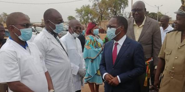 Le Dr Aka Aouélé, le ministre ivoirien de la Santé et de l'Hygiène publique, lors d'une visite à Laleraba, à la frontière entre la Côte d'Ivoire et le Burkina Faso, mardi 10 mars.