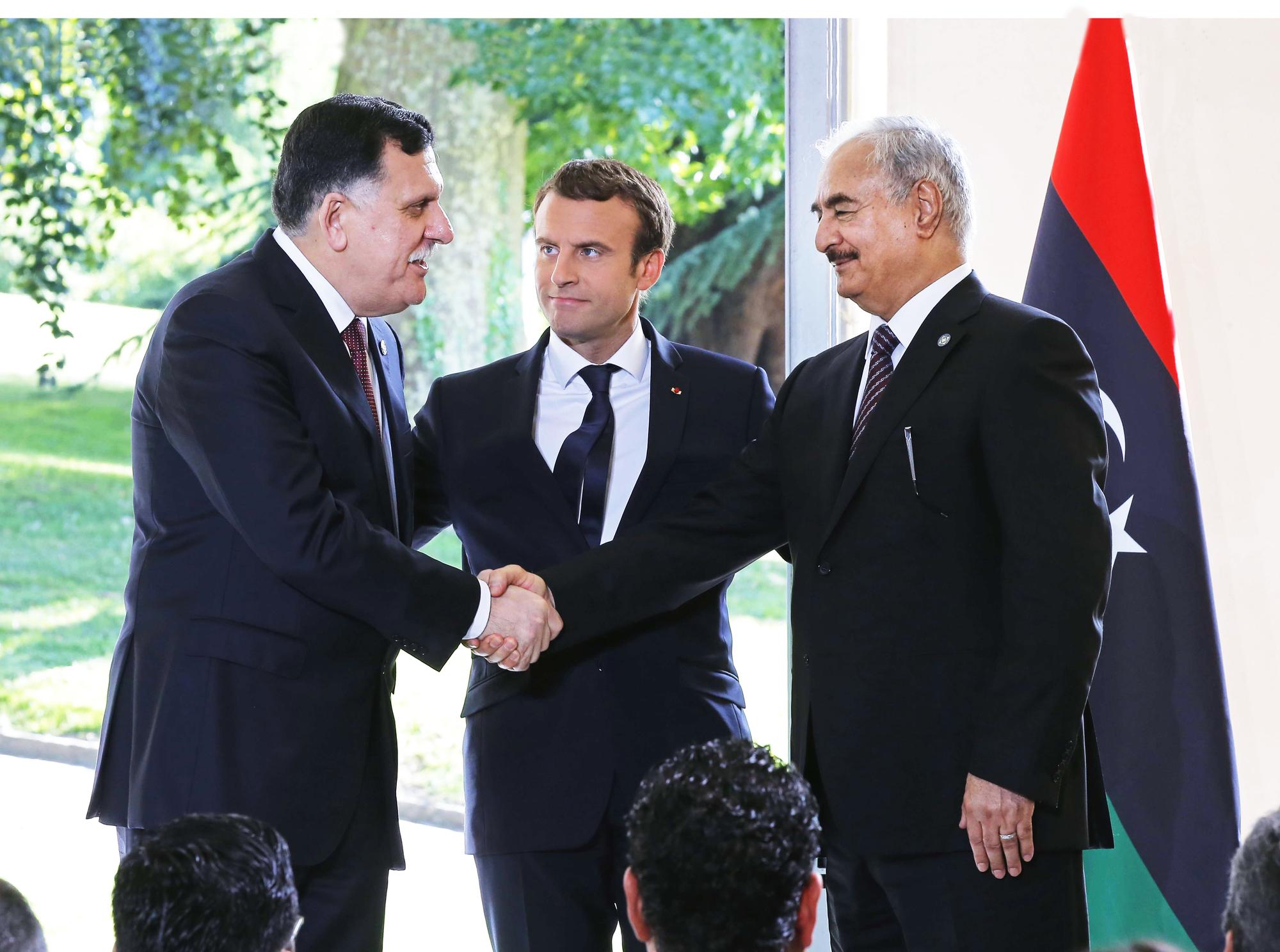 De g. à dr., Fayez el-Sarraj, Emmanuel Macron et Khalifa Haftar, àLa-Celle-Saint-Cloud, en 2017.