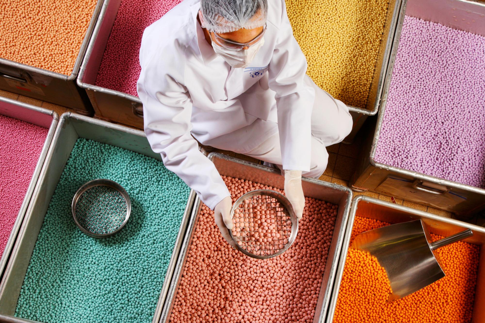 Billes de couleur permettant de nuancer un fond de teint, selon un procédé inventé par Guerlain.