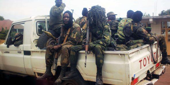 Les Forces armées de la République démocratique du Congo) congolaises sont assises avec leurs armes sur un pick-up à Goma, dans l'est du Congo, le 13 août 2012.