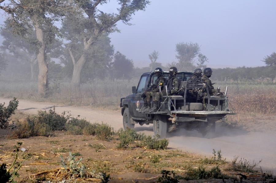 Patrouille d'intervention du Bataillon d'intervention rapide dans la périphérie de Mosogo, en mars.