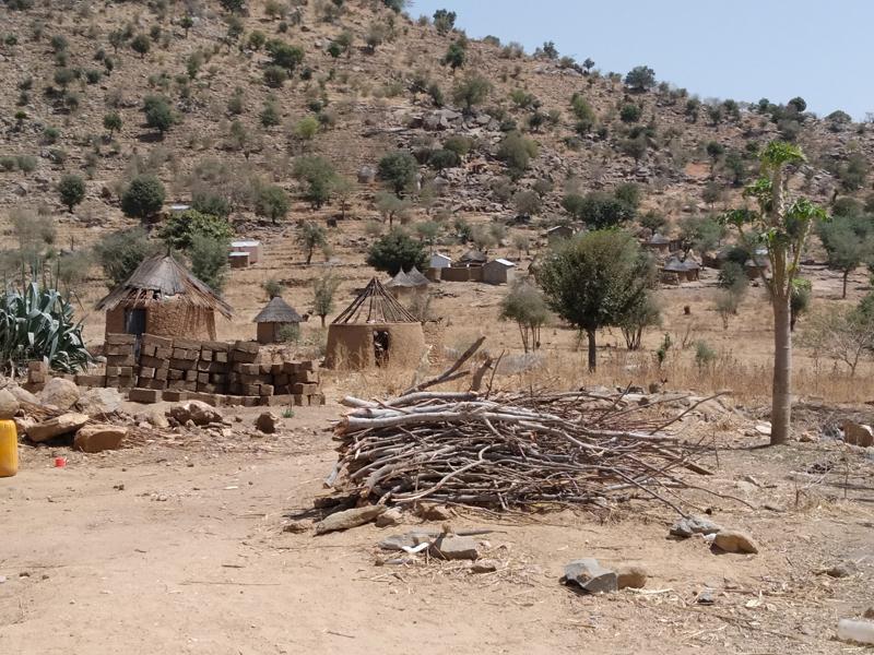Des collines de Mokolo, le chef-lieu du Mayo-Tsanaga, de nouveaux réfugiés affluent chaque jour.