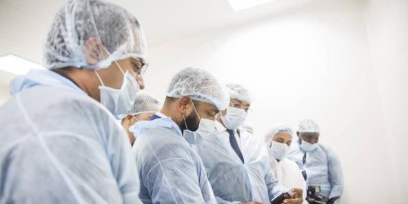 Noureddin Bongo-Valentin (au centre) inspecte une usine de produits pharmaceutiques, le 18 mars.