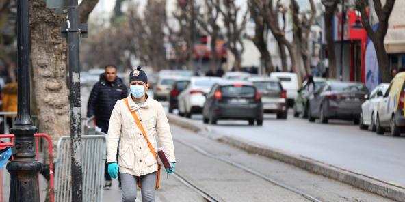 Face à la menace de contamination, les Tunisiens sont de plus en plus nombreux à porter des masques.