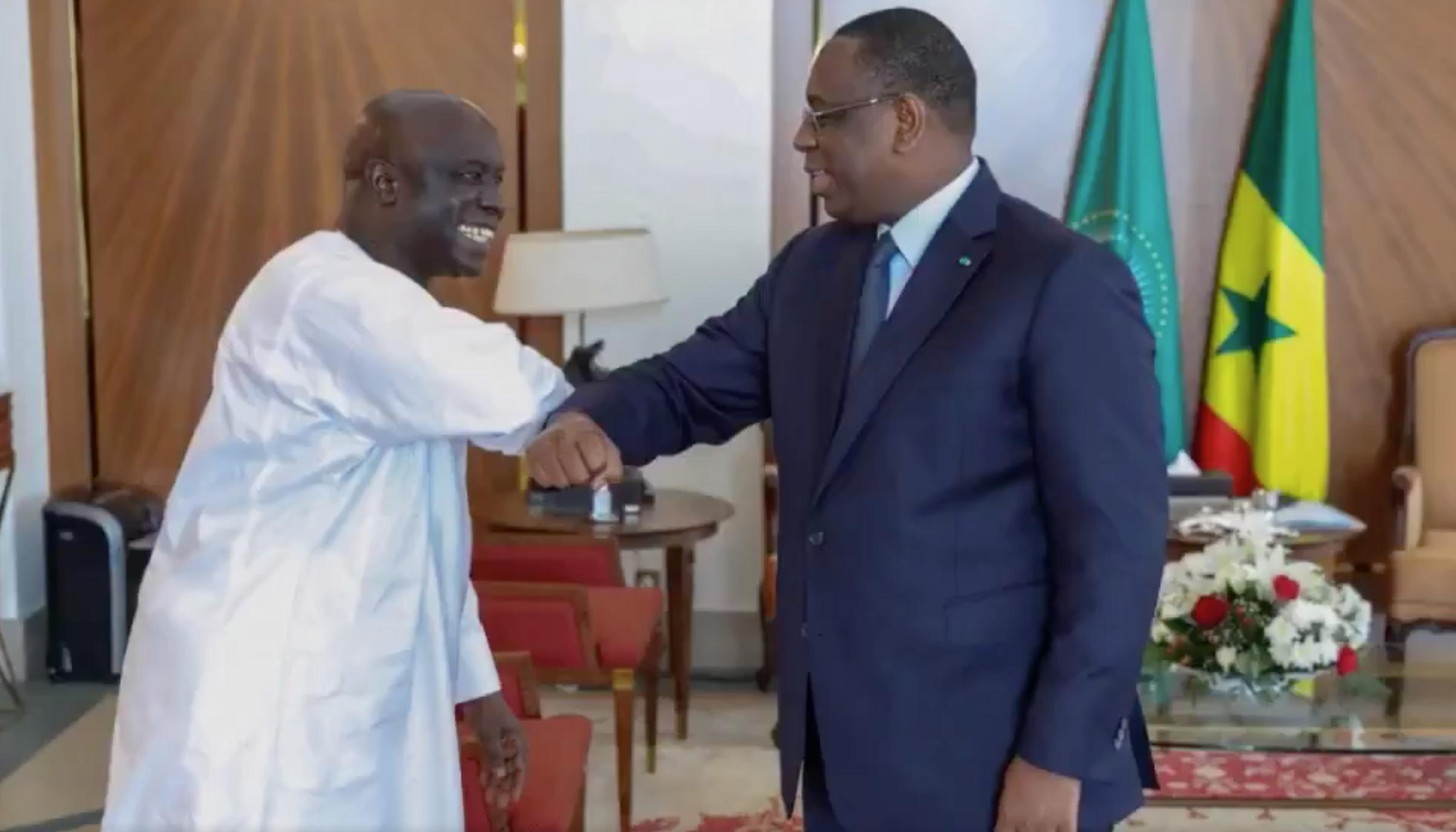 Macky Sall reçoit Idrissa Seck (g.), le 24 mars au palais présidentiel à Dakar.