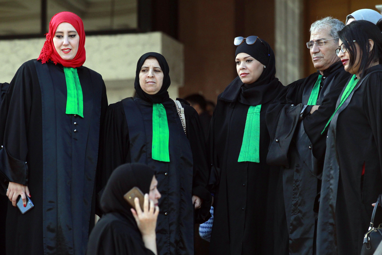 Les juges et procureurs algériens en grève se tiennent devant la Cour de justice d'Alger, le 29 octobre 2019.