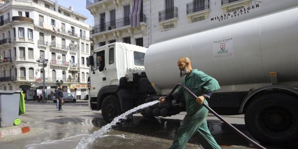 Un homme désinfecte les rues d'Alger, le 22 mars 2020.