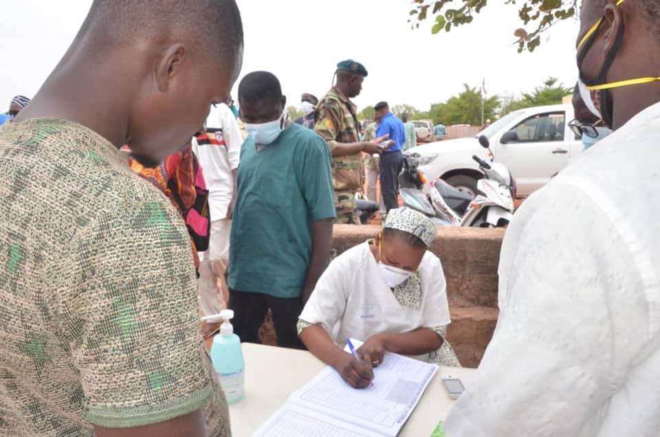 Contrôles sanitaires visant à endiguer le coronavirus côté malien de la frontière avec le Burkina Faso, à Koury le 22 mars 2020.