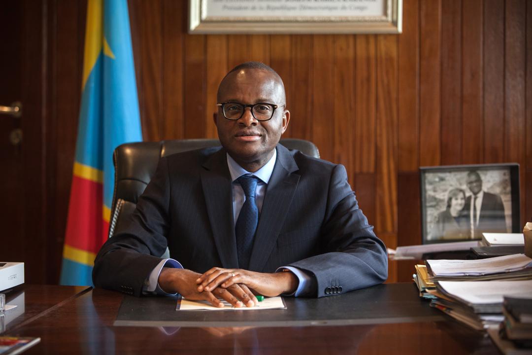 Maker Mwangu, Ministre de l'Enseignement de la République démocratique du Congo, pose dans son bureau de Kinshasa le 23 juin 2016.