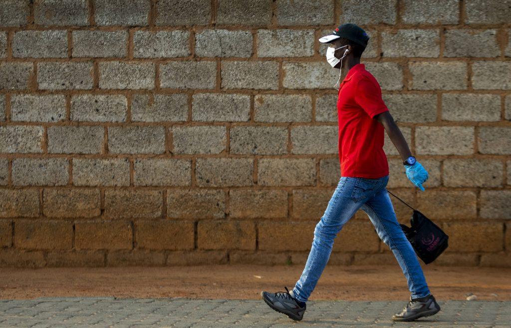 Un homme porte un masque dans le township sud-africain de Soweto, le 19 mars 2020.