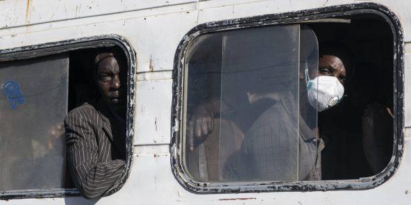 Des passagers d'un bus à la gare routière de Colobane, à Dakar, au Sénégal, le 24 mars 2020.