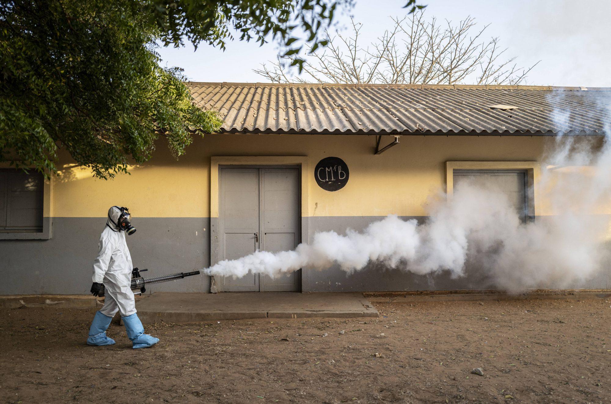 Pulvérisation de désinfectant devant une école de Dakar, le 1er avril 2020.