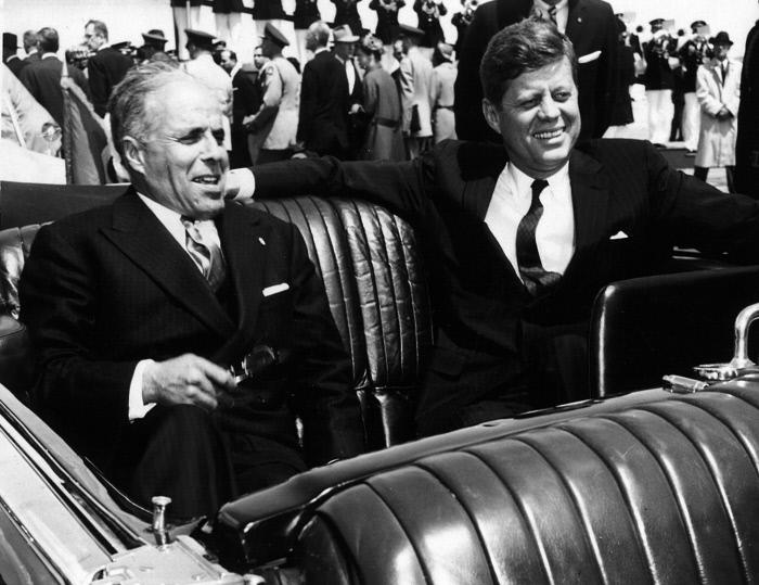 En mai 1961, Habib Bourguiba, président de la République tunisienne, se rend en voyage officiel aux Etats-Unis. Le président Bourguiba, à gauche et le président John F. Kennedy, dans la voiture qui les emmènent de l'aérodrome à la Maison Blanche.