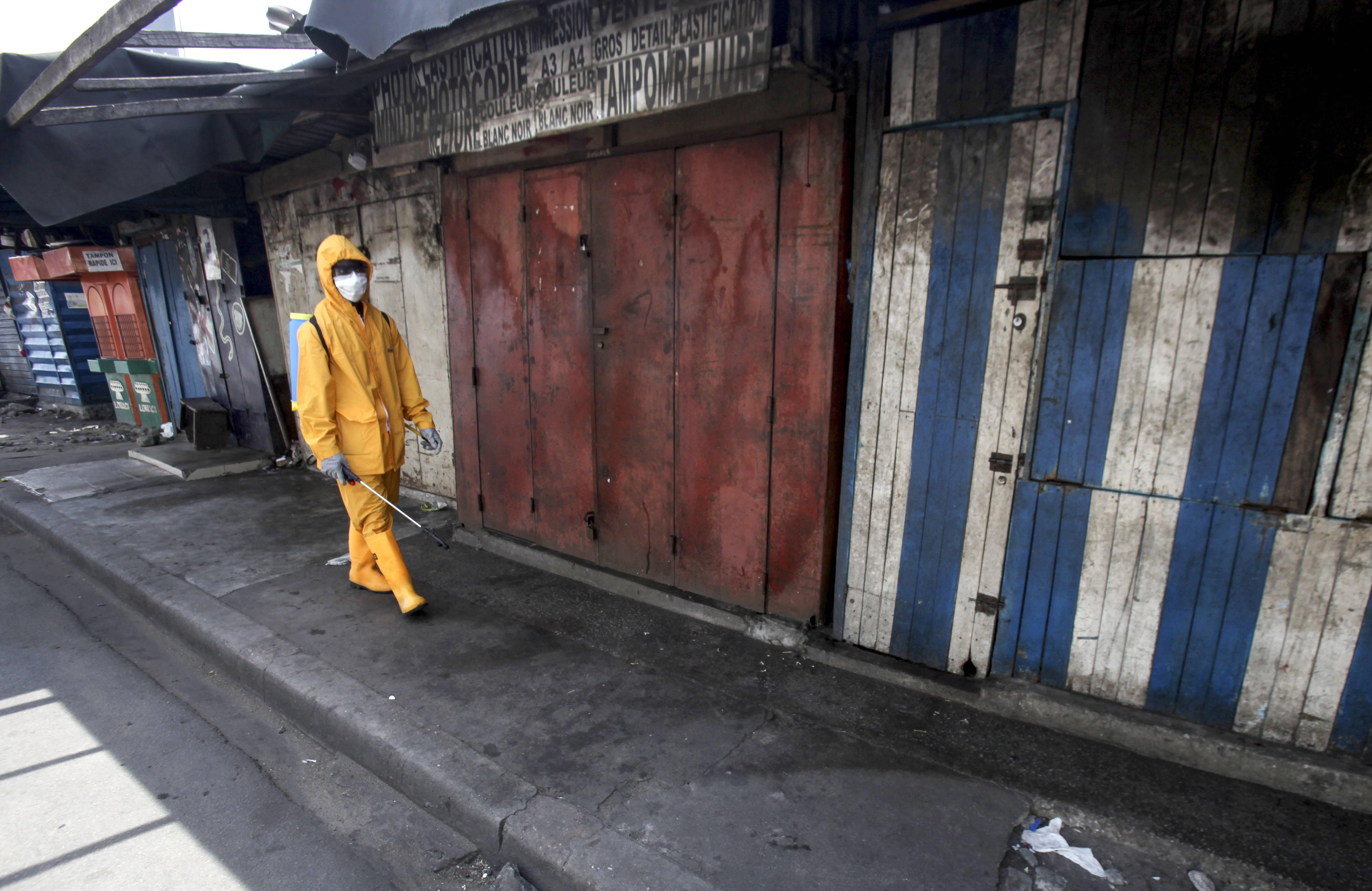 Opération de désinfection contre le coronavirus au marché de Port Bouet, le 30 mars 2020 (illustration).