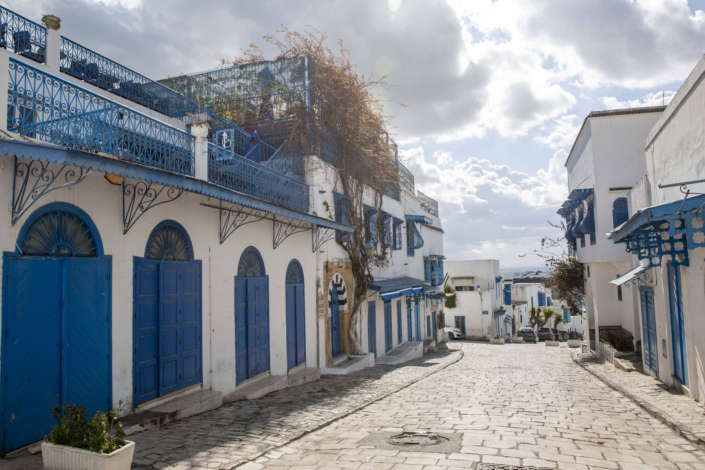 Une rue totalement vide de Sidi Bou Saïd, à l'extérieur de Tunis, le 26 mars 2020.