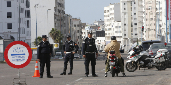 Des policiers contrôlent un automobiliste à Casablanca, Maroc, le 27 mars 2020.