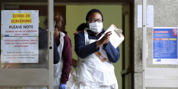 A l'entrée de l'hôpital Tygerberg, à Cape Town, en AFrique du Sud, le 6 avril 2020.