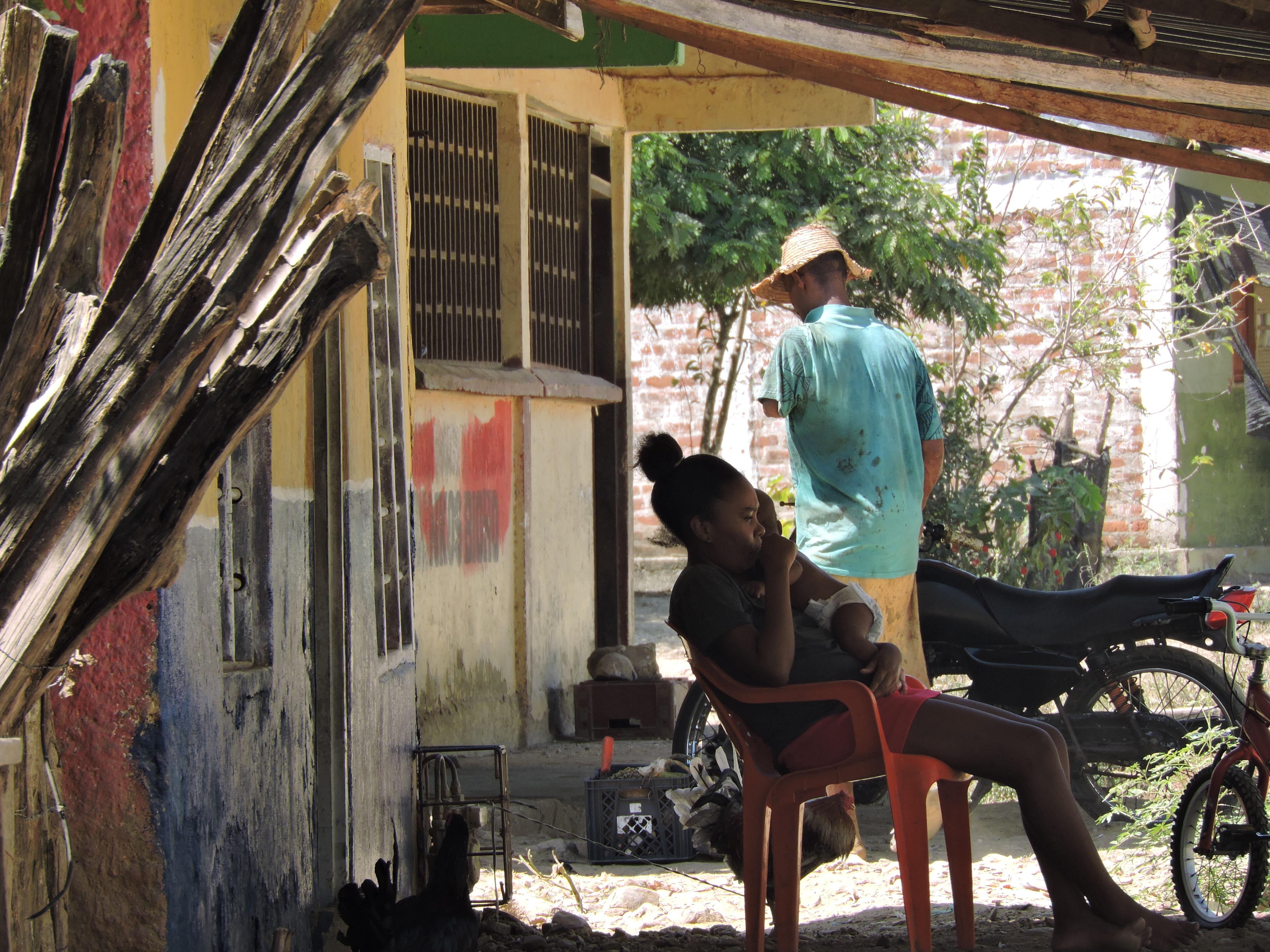 Une femme et son enfant devant leur maison à Palenque, janvier 2020.