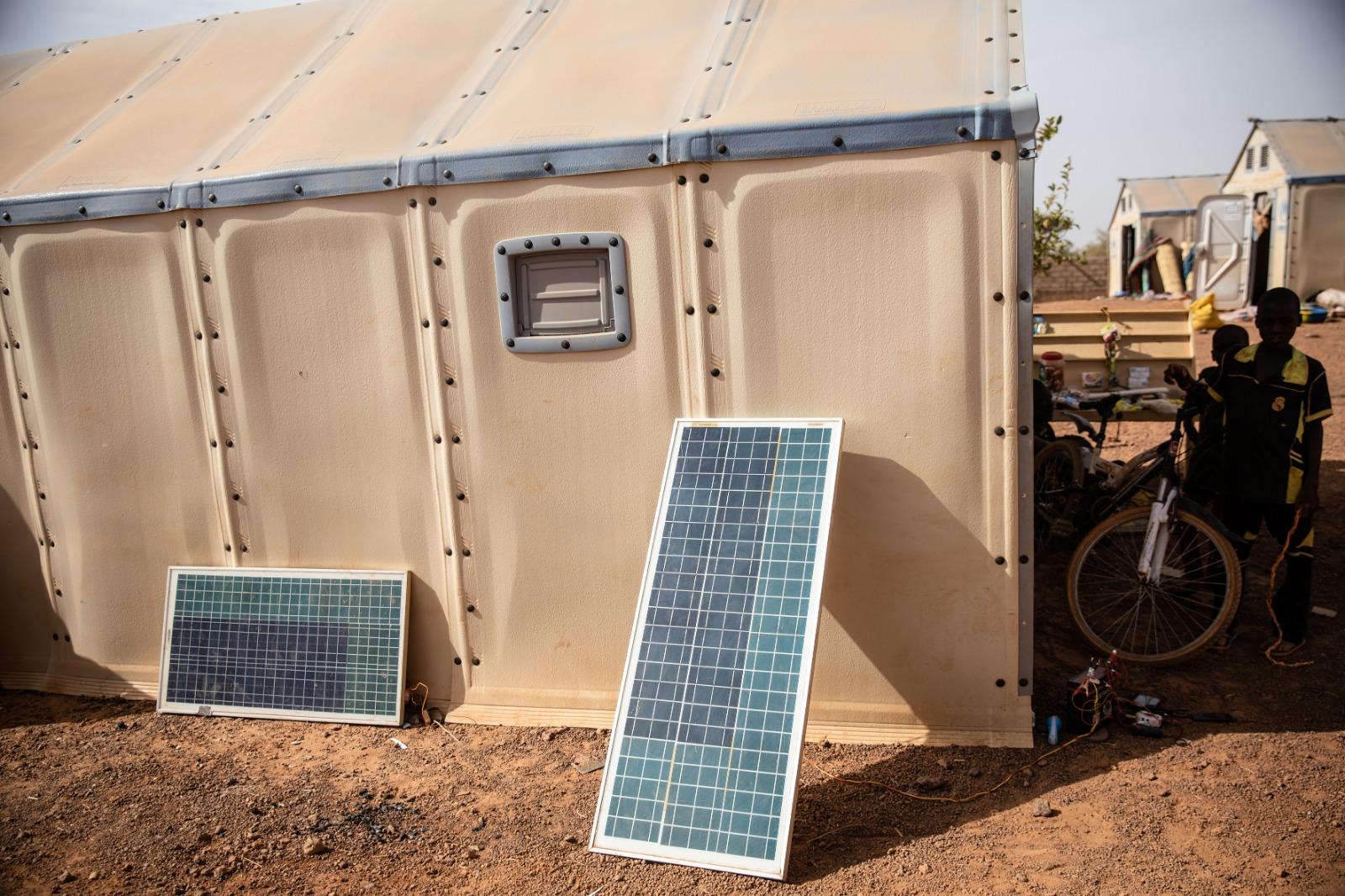 Les deux plaques solaires de Sambo permettent de recharger les téléphones des déplacés du camp. Kaya, le 10 mars 2020.