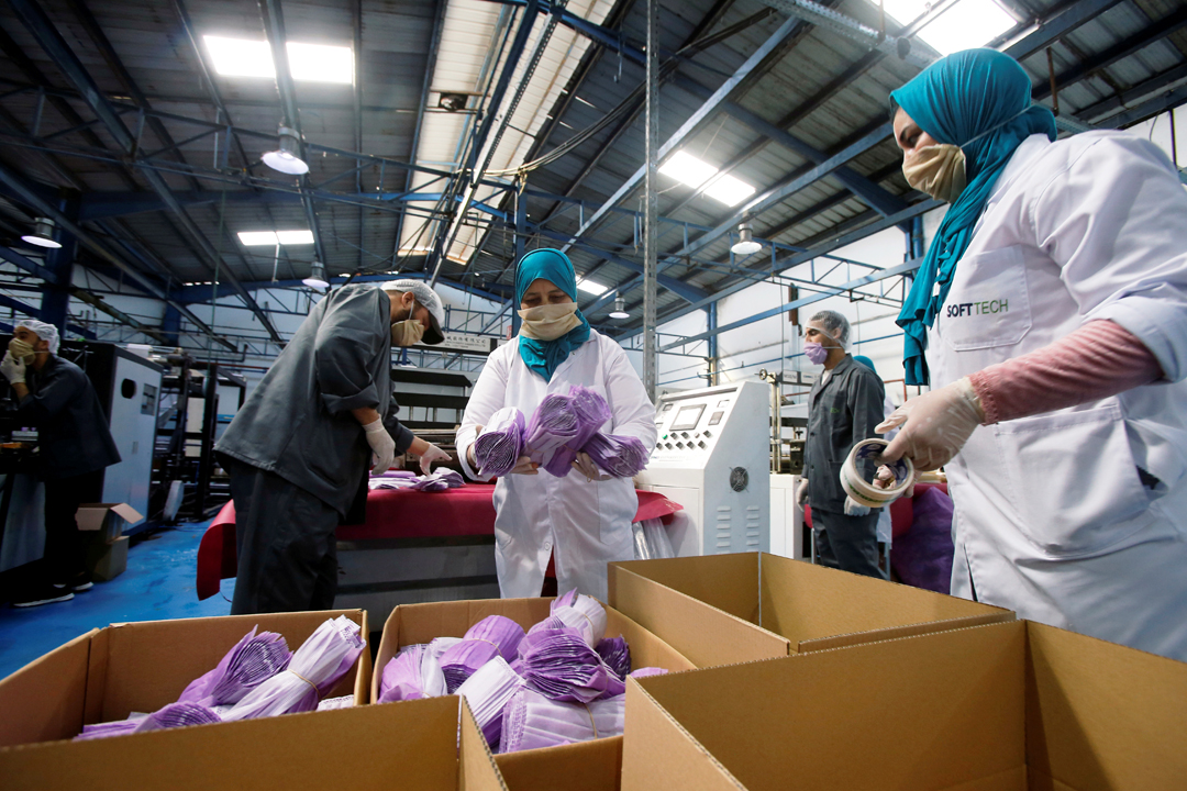 Les usines marocaines sont mobilisées pour la fabrication de masques. Ici, des ouvrières dans une unité de production textile à Casablanca.