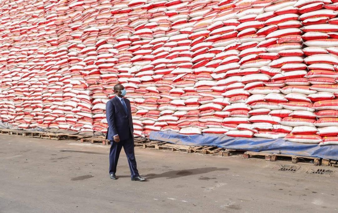 Le président sénégalais Macky Sall réceptionne le premier lot de vivres dans le cadre de l'aide d'urgence alimentaire.