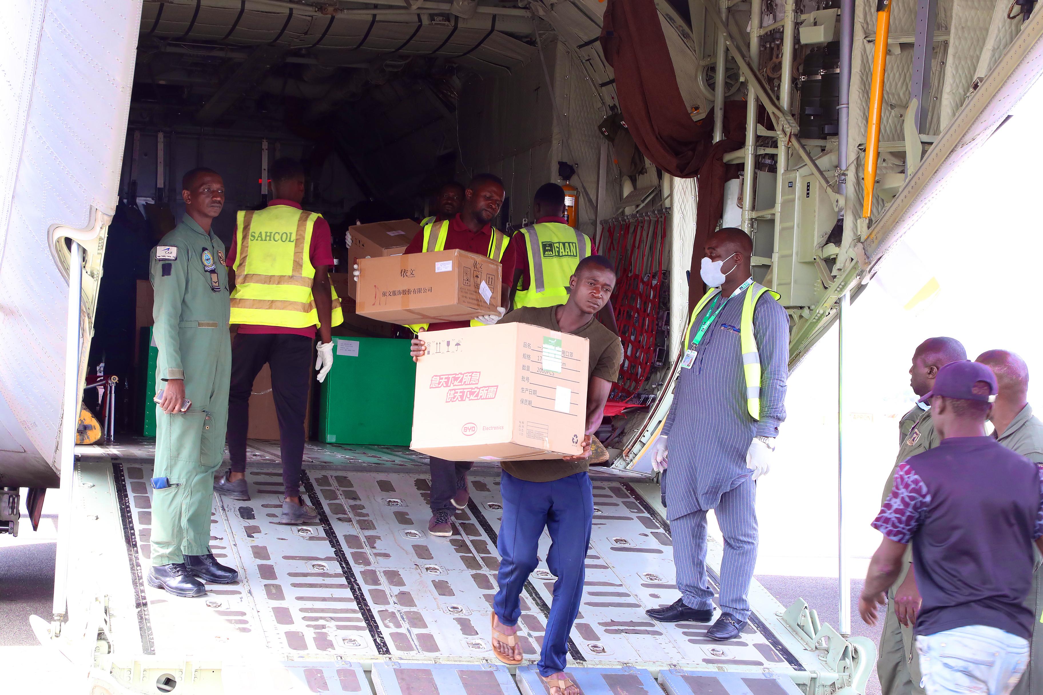 Des fournitures médicales données par le Chinois Jack Ma arrivent à l'aéroport d'Abuja, au Nigeria, le 25 mars 2020.