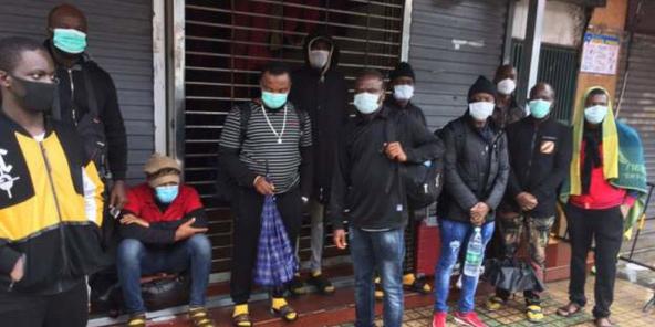 En Chine, des ressortissants africains jetés à la rue par leurs hôtels, de peur du Covid-19. Guangzhou, avril 2020.