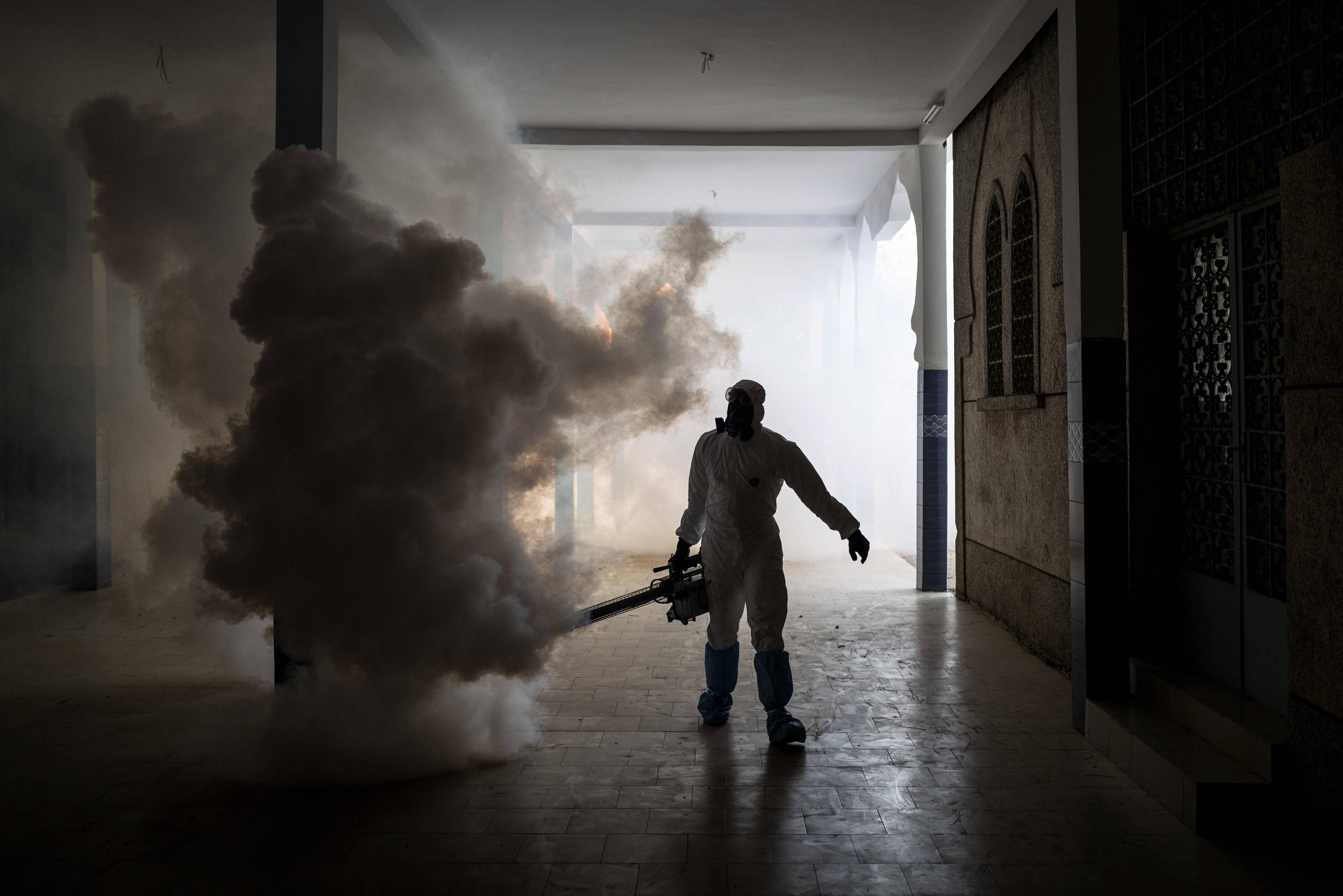 Un agent d'entretien désinfecte une mosquée à Dakar, au Sénégal, le 1er avril 2020.