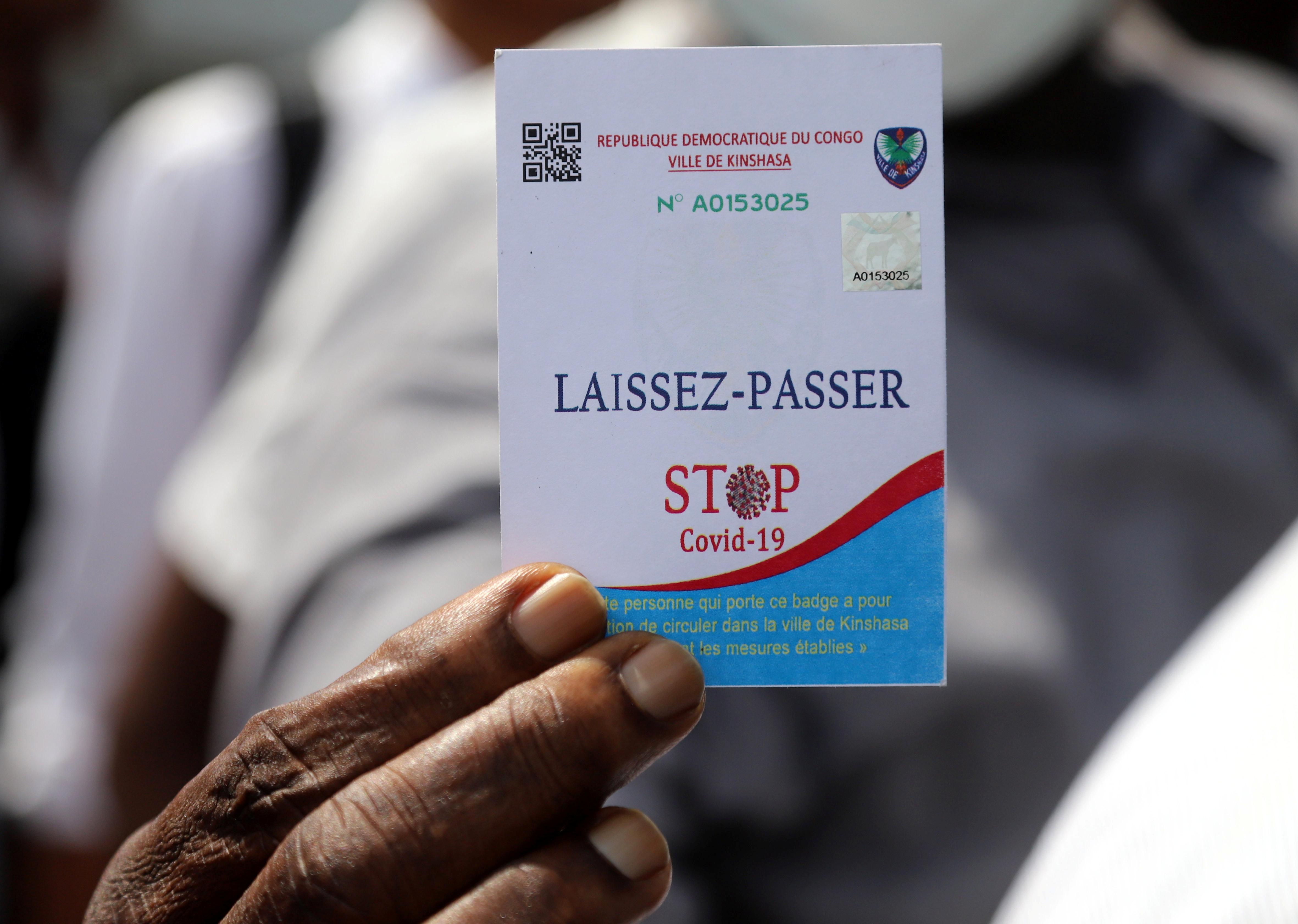 Un civil présente son laissez-passer, lors du confinement de la commune de Gombe, à Kinshasa, le 6 avril 2020.