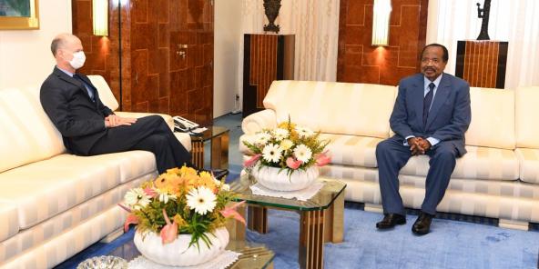 Photo de la rencontre entre Paul Biya etChristophe Guilhou, l'ambassadeur de France à Yaoundé, diffusée le 16 avril 2020 par la présidence camerounaise.